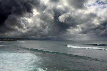 Zware bewolking boven Atlantische Oceaan van Yvonne Smits