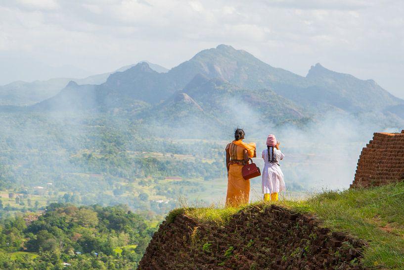 Moeder en dochter bij tempelcomplex Sigiriya in Sri Lanka van Lifelicious