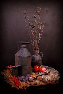 Rustiek stilleven in herfstsfeer met granaatappels en vijgen.. van Els Fonteine