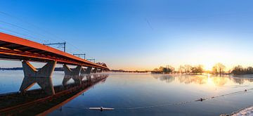 Hanzeboog Eisenbahnbrücke über den Fluss IJssel in der Nähe von Zwolle an einem kalten Wintermorgen von Sjoerd van der Wal
