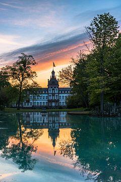 Kasteel Philippsruhe met kasteelpark en weerspiegeling in het meer van Fotos by Jan Wehnert