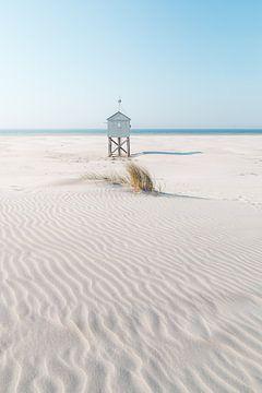 Klein huisje op het strand van Wouter van der Weerd