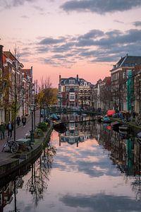 Oude Rijn in Leiden met zonsondergang van