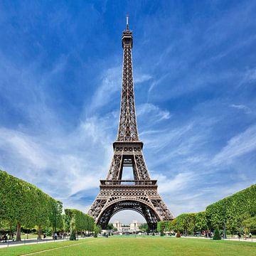 Eiffel toren met een groen park tegen een blauwe lucht met wolken van Tony Vingerhoets