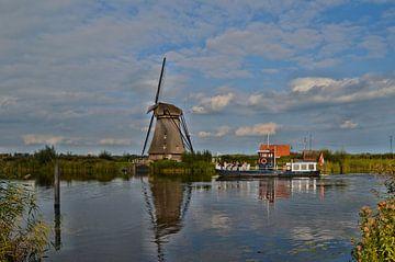 Rondvaartboot bij molen in Kinderdijk van Leo Huijzer