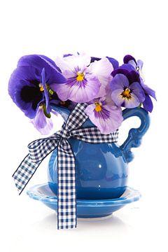 Petit vase bleu et violettes sur Ivonne Wierink