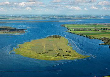 Eiland Dwars in de Weg is een vlakke zandplaat voor de haven uitgang van Brouwershaven. van Sky Pictures Fotografie