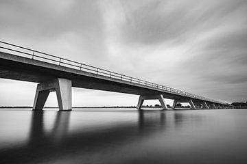 Brücke über den Reevediep-See während eines bedeckten Tages bei Kampen in Overijssel, Niederlande. L von Sjoerd van der Wal