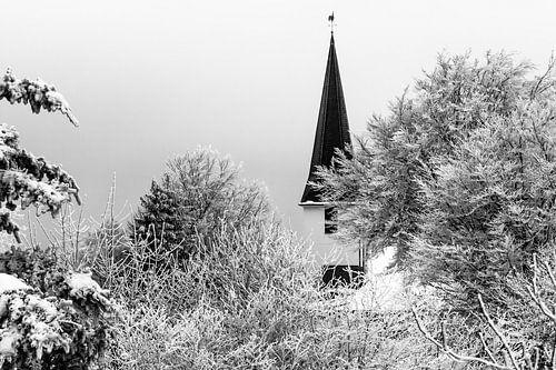 Duitse dorpskerk in de sneeuw (zwart/wit)