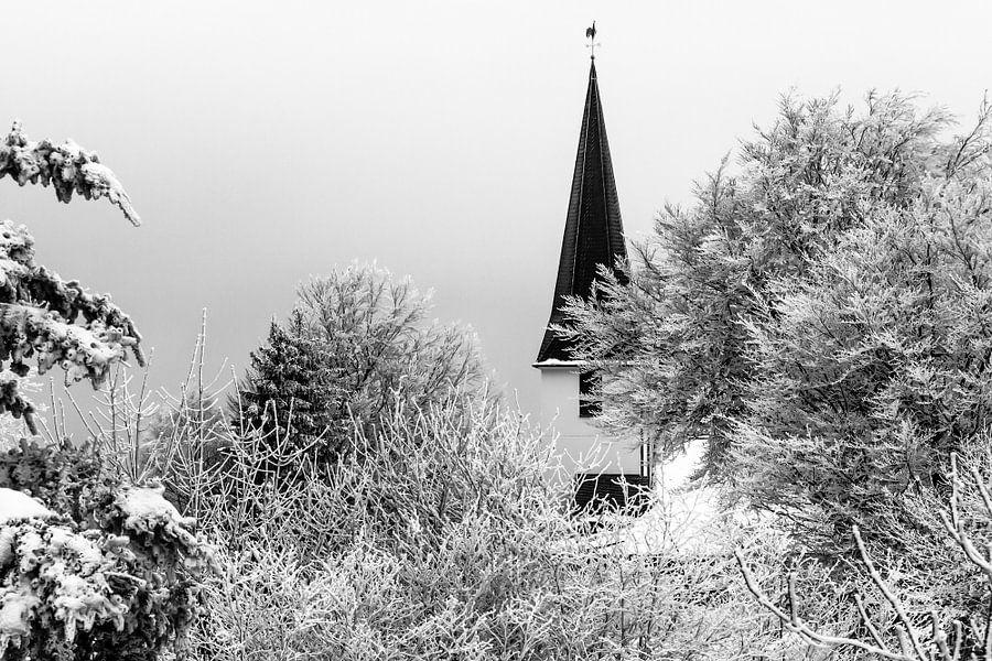 Duitse dorpskerk in de sneeuw (zwart/wit) van Remco Bosshard