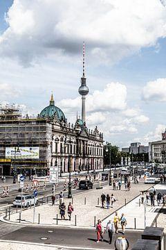 straatbeeld in Berlijn met tv toren en paleis van Eric van Nieuwland