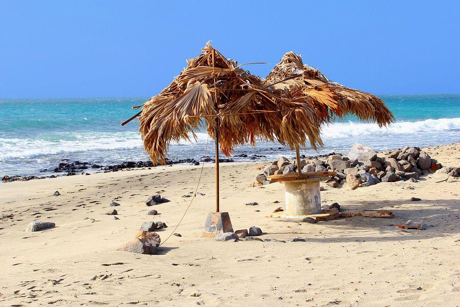 Strohgedeckte Sonnenschirme, tropischen Strand und Meer, Kap Verde ...