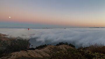 De Golden Gate Bridge onder een mistige zonsondergang van Thomas Bekker