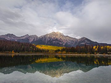 Patricia Lake en Pyramid Mountain in Jasper, Canada van Daan Duvillier