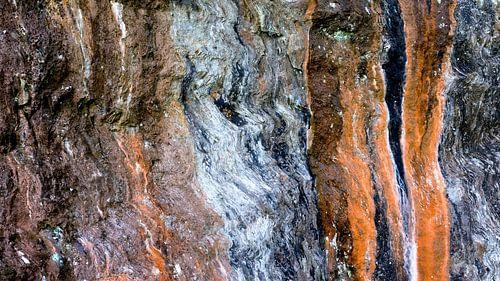 Kleurig natuurlijk lijnenspel op een rotswand van
