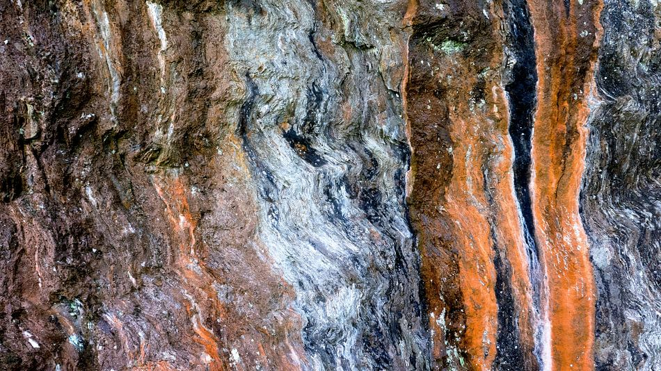 Kleurig natuurlijk lijnenspel op een rotswand van Hans Kwaspen