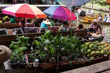 Floating market in Thailand van Mirjam Welleweerd