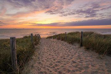 Strand, zee en een prachtige zonsondergang van Dirk van Egmond