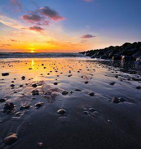 De zon weerspiegeld op het natte zand van Bart Nikkels