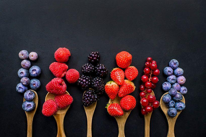 Vers fruit op houten pollepels, fresh fruit on wooden spoons. van Corrine Ponsen