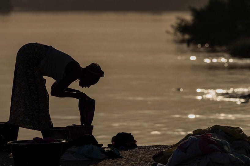 Wassen aan de rivier van Ed van Loon