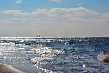 De noordzee met schip in de verte wadden ameland van Groothuizen Foto Art