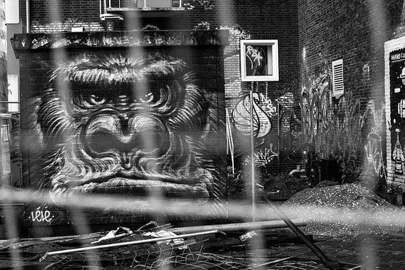 Zwartwit foto van gorilla graffiti op NDSM-terrein.