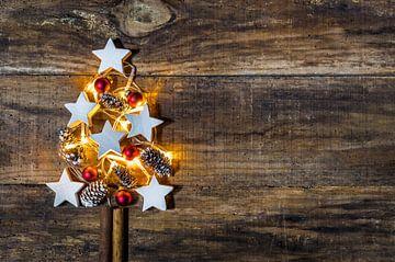 Kerstboomdecoratie met rode kerstballen, witte stervormen en dennenappels van Alex Winter