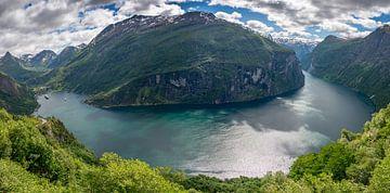 Panoramafoto van de gehele Geirangerfjord van iPics Photography