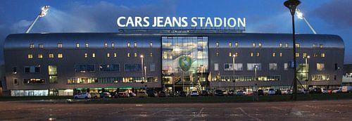 Das Cars Jeans Stadion von ADO Den Haag am Abend  von