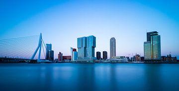 Skyline von Rotterdam während der blauen Stunde von Arthur Scheltes
