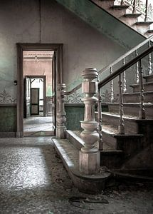 Trap in een verlaten landhuis van