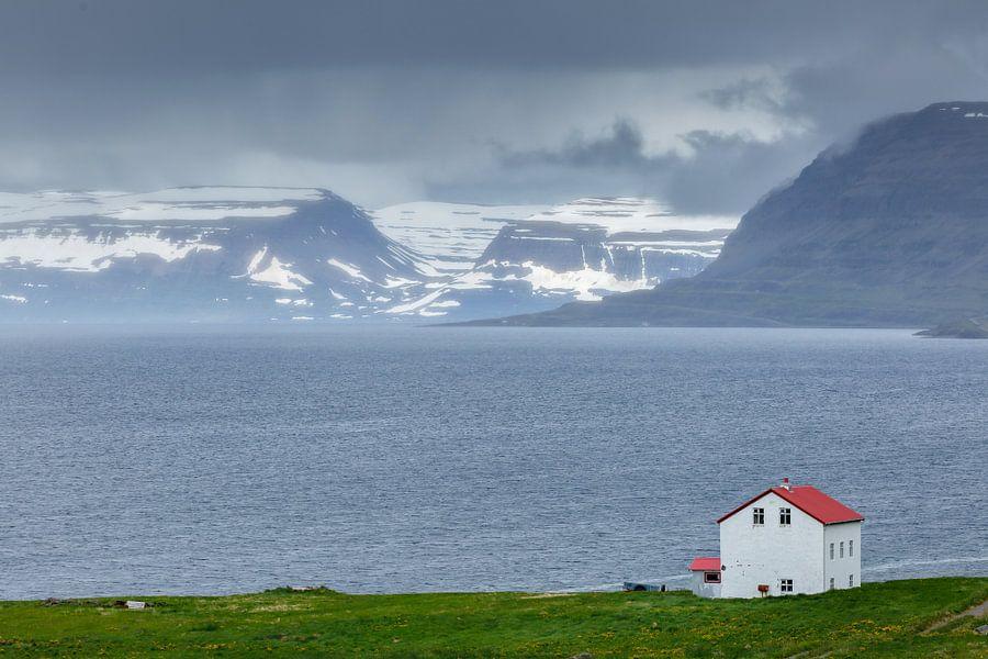 Uitzicht op de westfjorden van IJsland van Menno Schaefer