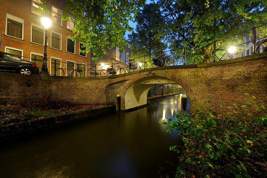 Magdalenabrug over de Nieuwegracht in Utrecht van Donker Utrecht