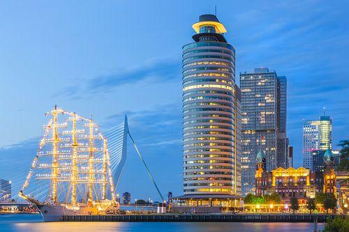 Kop van Zuid met B.A.P. Unión na zonsondergang van Prachtig Rotterdam
