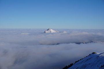Kitzbüheler Horn in den Wolken (Tirol, Österreich) von Kelly Alblas