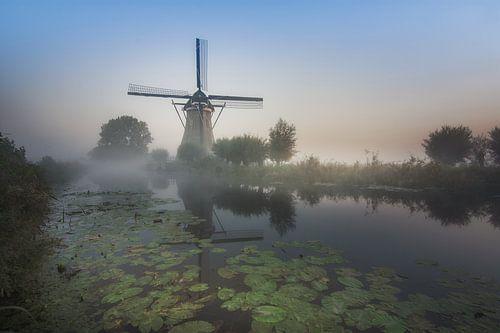 Molen in de ochtendmist van Wim van de Water
