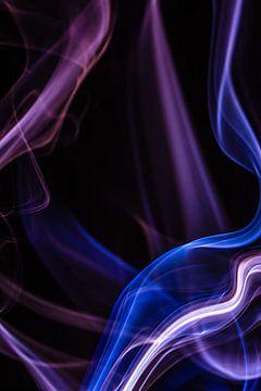Paarse en blauwe wierook tegen een zwarte achtergrond van Robert Wiggers