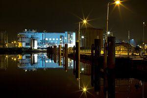 Fabriek in Delft bij nacht van