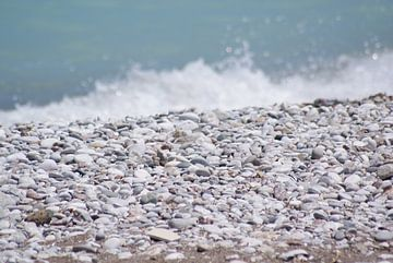 Steine auf dem Meer in Rhodos von Remko van der Hoek- Zijdemans