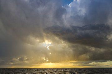 Wolken op het Wad bij laag staande zon. van Johan Kalthof