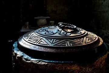 Oude doopvont in een klein oude kerk in Devon in Engeland van
