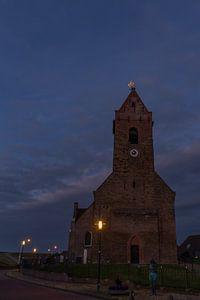 Die Kirche von Wierum, Friesland im Dunkeln. von Erik de Rijk