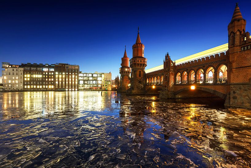 Oberbaumbrücke Berlijn met ijsschotsen op de Spree van Frank Herrmann
