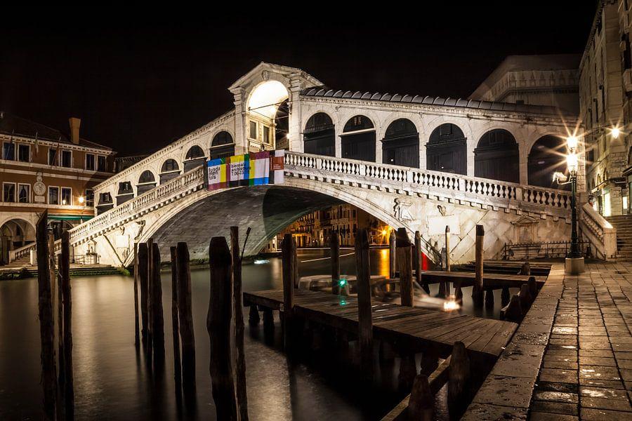 VENICE Rialto Bridge at Night II van Melanie Viola