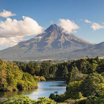 Lake Mangamahoe mit Mount Taranaki, Neuseeland von Markus Lange