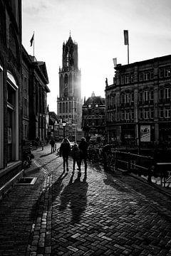 Tegenlicht in Utrecht: De Domtoren van Utrecht bij tegenlicht in zwart-wit van De Utrechtse Grachten