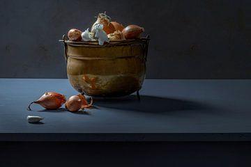 Stilleben einer Zwiebel im Kupfertopf von Willy Sengers