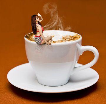 Vrouw in koffie van Sarah Richter