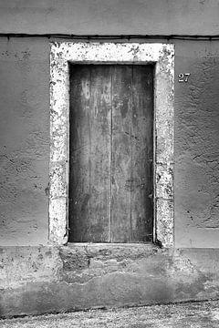 Houten deur betonnen muur